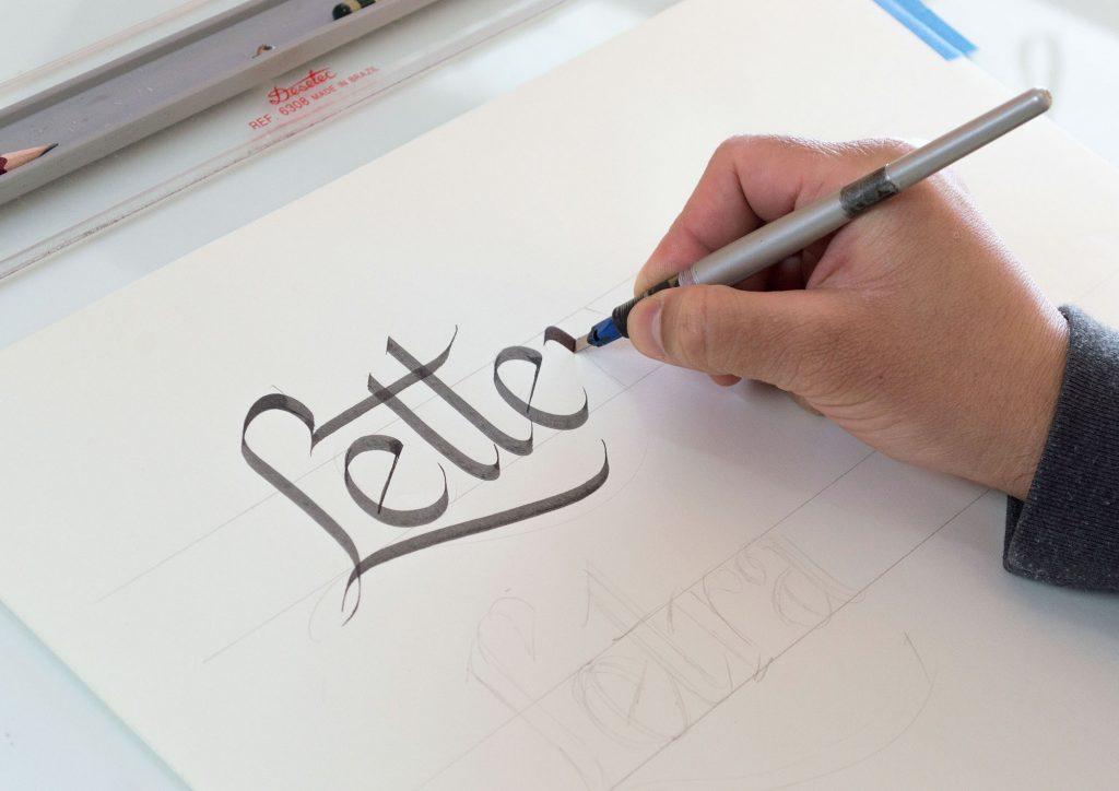 Aprendendo caligrafia e lettering online e em português